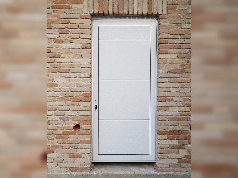 Portone bianco di grandi dimensioni con porta adiacente - Dimensioni porta ...